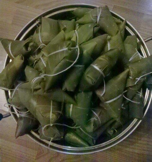 北京粽子北方粽子的代表品种,北京粽子个头较大,为斜四角形或三角形.
